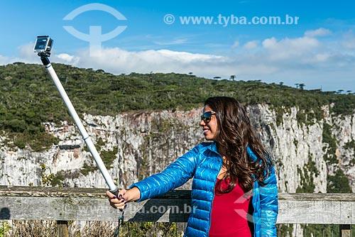 Mulher fazendo uma selfie no Parque Nacional dos Aparados da Serra com o Cânion do Itaimbezinho ao fundo  - Cambará do Sul - Rio Grande do Sul (RS) - Brasil