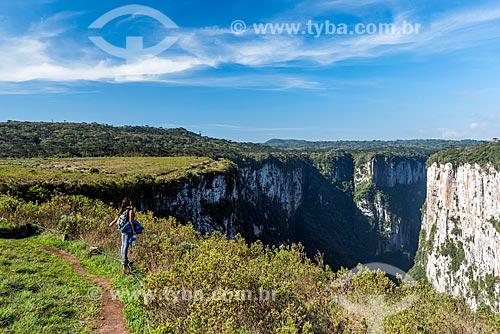 Vista do Cânion do Itaimbezinho durante a trilha do cotovelo no Parque Nacional dos Aparados da Serra  - Cambará do Sul - Rio Grande do Sul (RS) - Brasil