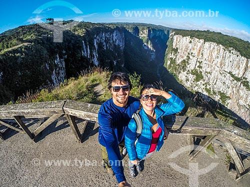 Casal fazendo uma selfie no Parque Nacional dos Aparados da Serra com o Cânion do Itaimbezinho ao fundo  - Cambará do Sul - Rio Grande do Sul (RS) - Brasil