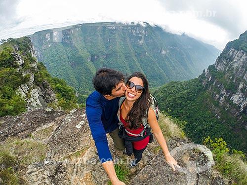 Casal fazendo uma selfie no Parque Nacional dos Aparados da Serra com o Cânion do Fortaleza ao fundo  - Cambará do Sul - Rio Grande do Sul (RS) - Brasil
