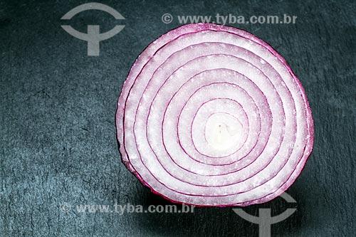Detalhe de cebola roxa cortada ao meio  - Brasil
