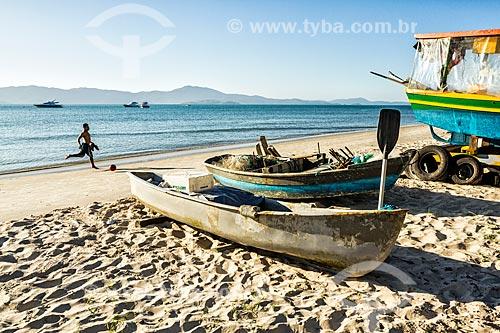 Canoas na orla da Praia de Canajurê  - Florianópolis - Santa Catarina (SC) - Brasil
