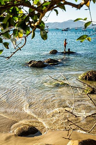 Pescador na orla da Praia de Jurerê  - Florianópolis - Santa Catarina (SC) - Brasil