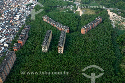 Foto aérea de prédios abandonados ao lado da favela de Rio das Pedras  - Rio de Janeiro - Rio de Janeiro (RJ) - Brasil