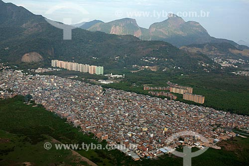 Foto aérea da favela de Rio das Pedras com a Pedra da Gávea ao fundo  - Rio de Janeiro - Rio de Janeiro (RJ) - Brasil