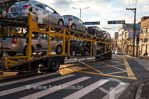 Caminhão cegonha na Avenida Goiás próximo à fábrica da montadora General Motors Corporation  - São Caetano do Sul - São Paulo (SP) - Brasil
