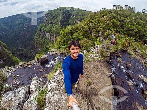 Jovem fazendo uma selfie no Cânion Fortaleza - Parque Nacional da Serra Geral  - Cambará do Sul - Rio Grande do Sul (RS) - Brasil
