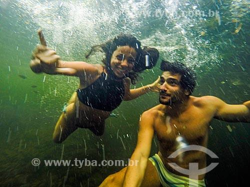 Casal fazendo uma selfie no Rio do Boi no Parque Nacional dos Aparados da Serra  - Cambará do Sul - Rio Grande do Sul (RS) - Brasil