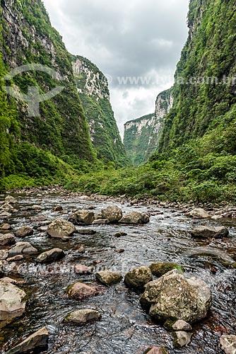 Trilha no interior do Cânion do Itaimbezinho no Parque Nacional dos Aparados da Serra  - Cambará do Sul - Rio Grande do Sul (RS) - Brasil