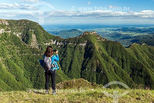 Turista fotografando a vista do Cânion Montenegro  - São José dos Ausentes - Rio Grande do Sul (RS) - Brasil