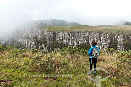 Turista observando a vista do Cânion das Laranjeiras no Parque Nacional de São Joaquim  - Bom Jardim da Serra - Santa Catarina (SC) - Brasil