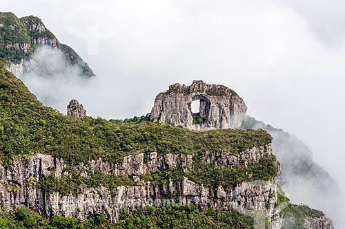 Vista da Pedra Furada no Morro da Igreja - Parque Nacional de São Joaquim  - Urubici - Santa Catarina (SC) - Brasil
