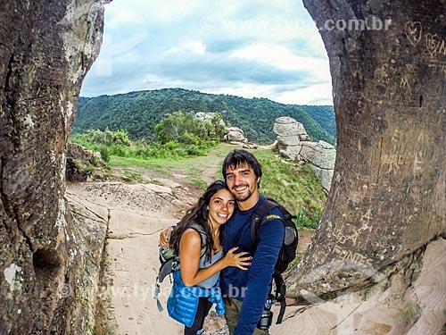 Casal fazendo uma selfie no cume do Morro do Campestre  - Urubici - Santa Catarina (SC) - Brasil