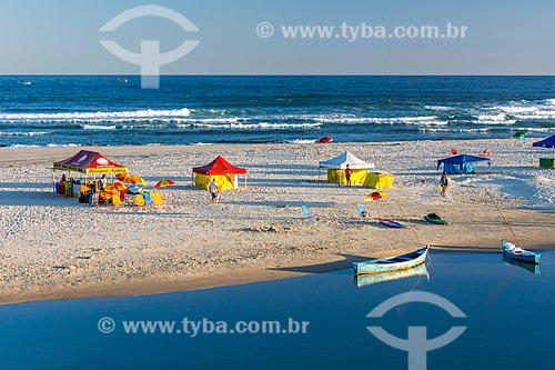 Vista de quiosques na a orla da Praia da Guarda do Embaú - Parque Estadual da Serra do Tabuleiro  - Palhoça - Santa Catarina (SC) - Brasil