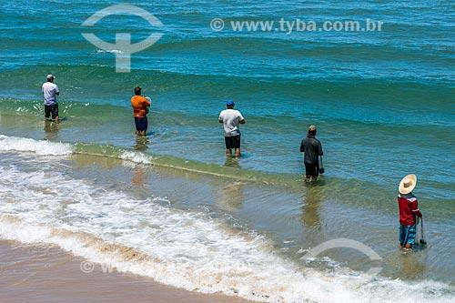 Pescadores na orla da Praia da Guarda do Embaú - Parque Estadual da Serra do Tabuleiro  - Palhoça - Santa Catarina (SC) - Brasil