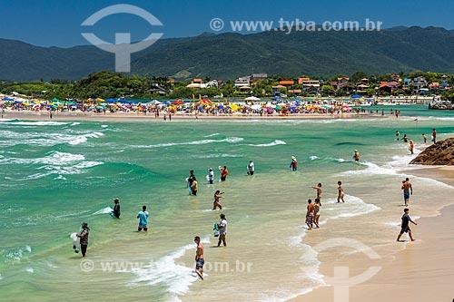 Vista de banhistas na Praia da Guarda do Embaú - Parque Estadual da Serra do Tabuleiro  - Palhoça - Santa Catarina (SC) - Brasil