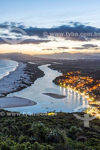 Vista da Praia da Guarda do Embaú a partir da Pedra do Urubu no Parque Estadual da Serra do Tabuleiro durante o pôr do sol  - Palhoça - Santa Catarina (SC) - Brasil