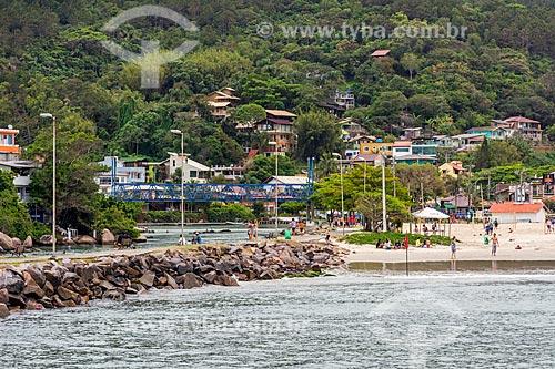 Vista de ponte pênsil - à esquerda - com a orla da Praia da Barra da Lagoa  - Florianópolis - Santa Catarina (SC) - Brasil
