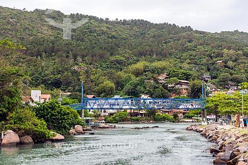 Vista de ponte pênsil próximo à orla da Praia da Barra da Lagoa  - Florianópolis - Santa Catarina (SC) - Brasil