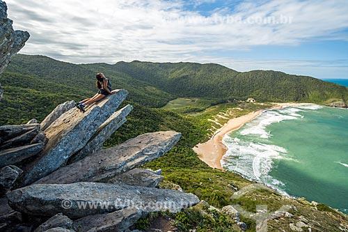 Turista observando a paisagem a partir do Pico da Coroa - Parque Municipal da Lagoinha do Leste  - Florianópolis - Santa Catarina (SC) - Brasil