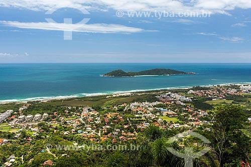 Vista da Praia do Campeche a partir do Morro do Lampião com a Ilha do Campeche ao fundo  - Florianópolis - Santa Catarina (SC) - Brasil
