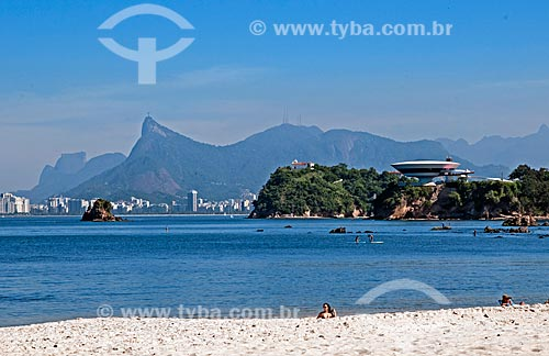 Vista da orla da Praia de Icaraí com a Pedra da Gávea, Cristo Redentor e Museu de Arte Contemporânea de Niterói (1996) - parte do Caminho Niemeyer  - Niterói - Rio de Janeiro (RJ) - Brasil