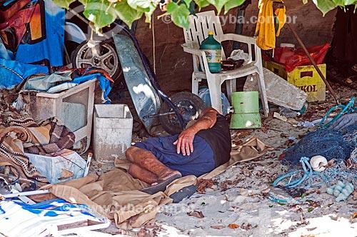 Homem dormindo na orla da Praia de Jurujuba  - Niterói - Rio de Janeiro (RJ) - Brasil