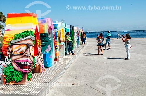 Pessoas fotografando letreiro com os dizeres: Cidade Olímpica na Praça Mauá  - Rio de Janeiro - Rio de Janeiro (RJ) - Brasil