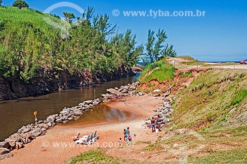 Banhistas no canal da Lagoa de Guarapina  - Maricá - Rio de Janeiro (RJ) - Brasil