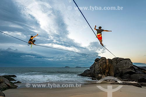 Praticantes de slackline próximo à Praia do Leblon durante o amanhecer  - Rio de Janeiro - Rio de Janeiro (RJ) - Brasil