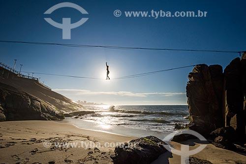 Silhueta de praticante de slackline próximo à Praia do Leblon durante o amanhecer  - Rio de Janeiro - Rio de Janeiro (RJ) - Brasil