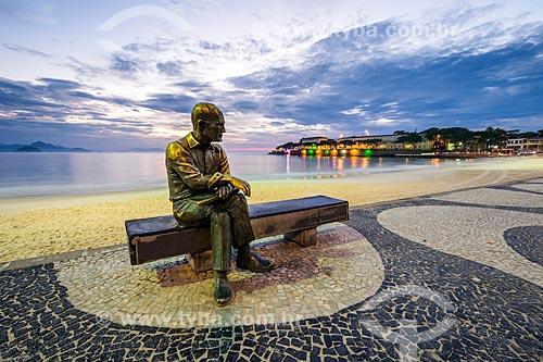Vista da estátua do poeta Carlos Drummond de Andrade no Posto 6 durante o amanhecer  - Rio de Janeiro - Rio de Janeiro (RJ) - Brasil