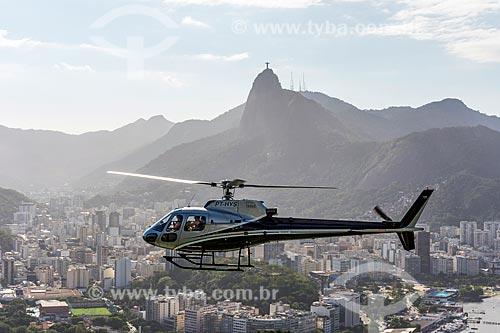 Helicóptero decolando do Pão de Açúcar com o Cristo Redentor ao fundo  - Rio de Janeiro - Rio de Janeiro (RJ) - Brasil