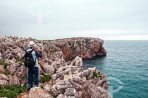 Homem fotografando a paisagem a partir da orla da cidade de Ribadesella  - Ribadesella - Província de Cantábria - Espanha