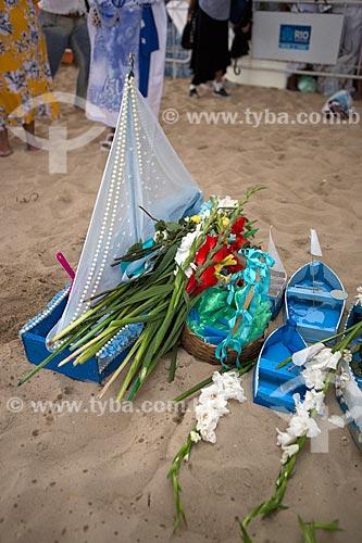 Detalhe de oferendas durante a Festa de Yemanjá na Praia de Copacabana - Posto 4  - Rio de Janeiro - Rio de Janeiro (RJ) - Brasil