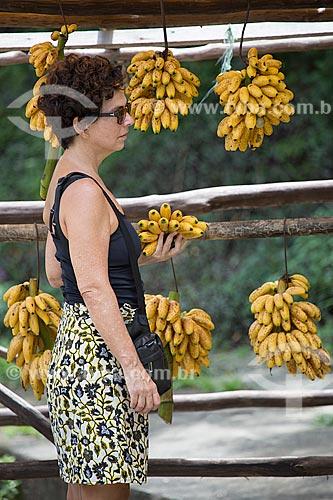 Mulher comprando bananas no acostamento da Rodovia Washington Luís (BR-040) - sentido Juiz de Fora-Rio de Janeiro  - Petrópolis - Rio de Janeiro (RJ) - Brasil
