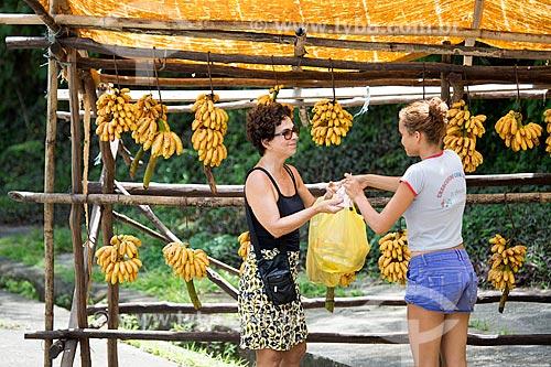 Vendedora ambulante de bananas no acostamento da Rodovia Washington Luís (BR-040) - sentido Juiz de Fora-Rio de Janeiro  - Petrópolis - Rio de Janeiro (RJ) - Brasil