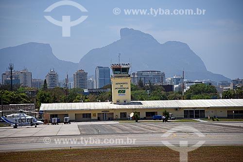 Helicóptero na pista do Aeroporto Roberto Marinho - mais conhecido como Aeroporto de Jacarepaguá - com a Pedra da Gávea ao fundo  - Rio de Janeiro - Rio de Janeiro (RJ) - Brasil