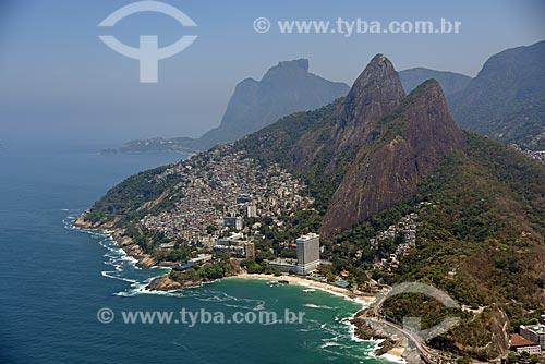 Foto aérea da Favela do Vidigal no Morro Dois Irmãos e a Pedra da Gávea ao fundo  - Rio de Janeiro - Rio de Janeiro (RJ) - Brasil