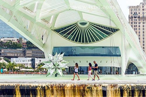 Vista da escultura Diamante Estrela Semente de Frank Stella no espelho dágua do Museu do Amanhã a partir da Baía de Guanabara  - Rio de Janeiro - Rio de Janeiro (RJ) - Brasil