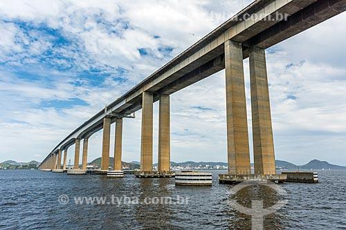 Vista sob a Ponte Rio-Niterói a partir da Baía de Guanabara  - Rio de Janeiro - Rio de Janeiro (RJ) - Brasil