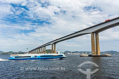 Vista de catamarã sob a Ponte Rio-Niterói a partir da Baía de Guanabara  - Rio de Janeiro - Rio de Janeiro (RJ) - Brasil
