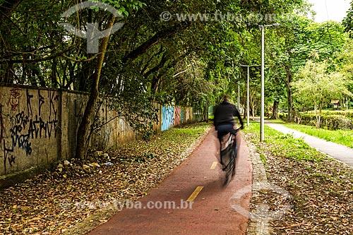 Ciclista em ciclovia ao lado do Bosque do Papa João Paulo II  - Curitiba - Paraná (PR) - Brasil