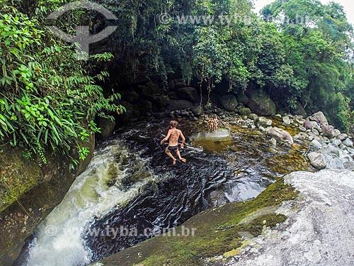 Homem saltando no Poço da Verde - próximo ao Centro de Visitantes von Martius do Parque Nacional da Serra dos Órgãos  - Guapimirim - Rio de Janeiro (RJ) - Brasil