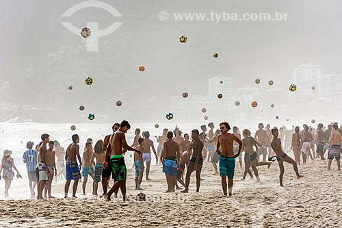 Banhistas jogando futebol (altinha) na orla da Praia de Ipanema  - Rio de Janeiro - Rio de Janeiro (RJ) - Brasil