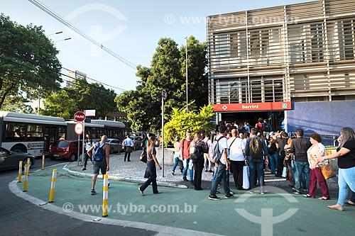 Fila para entrar na Estação Berrini da CPTM chegando na Avenida Engenheiro Luis Carlos Berrini  - São Paulo - São Paulo (SP) - Brasil
