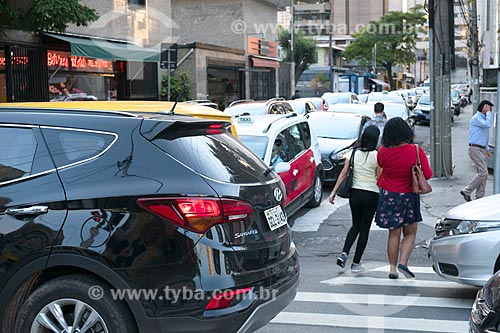 Pedestres atravessando a Avenida Engenheiro Luís Carlos Berrini durante o engarrafamento durante o horário de pico  - São Paulo - São Paulo (SP) - Brasil