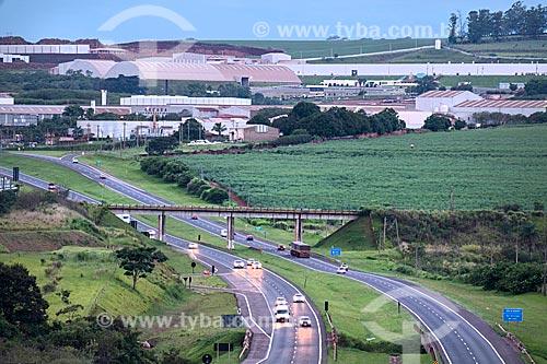 Vista de trecho da Rodovia Washington Luís (SP-310) com indústrias cerâmicas de Santa Gertrudes ao fundo  - Rio Claro - São Paulo (SP) - Brasil