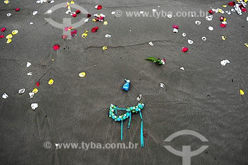 Oferendas à Yemanjá na orla da cidade de Itanhaém  - Itanhaém - São Paulo (SP) - Brasil