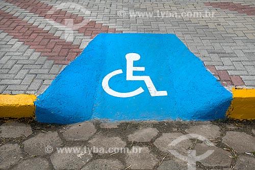 Detalhe de rampa de acessibilidade instalada em calçada  - Itanhaém - São Paulo (SP) - Brasil
